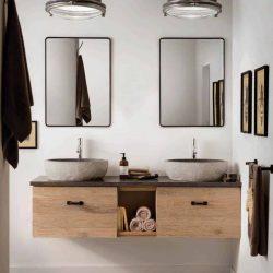 hangend badkamermeubel op maat met granieten waskommen en twee zwarte spiegels