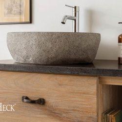 granieten wastafelblad op een eiken badkamermeubel