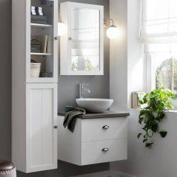 hangend wastafelmeubel in de badkamer met bijpassende spiegelkast en kolomkast