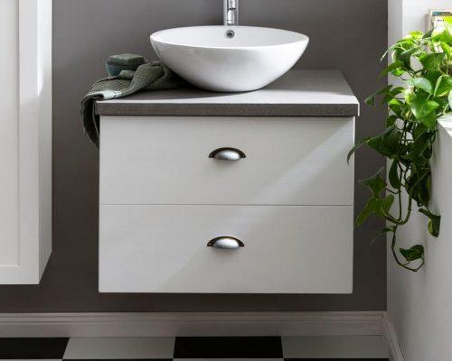 keramische waskom op betonnen wastafelblad in de badkamer