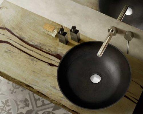 waskom op robuust eiken blad met muurkraan