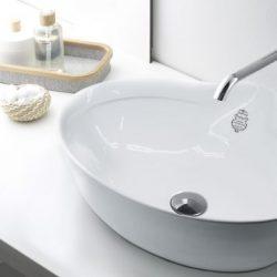 mooie waskom in rustgevende badkamer
