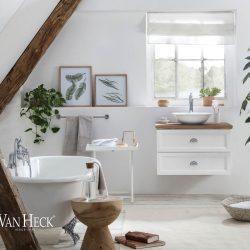 klein badkamermeubel met eiken wastafelblad met keramische waskom en bad op pootjes