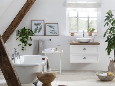 Landelijke badkamer met eiken wastafelblad, bad op pootjes in landelijke stijl