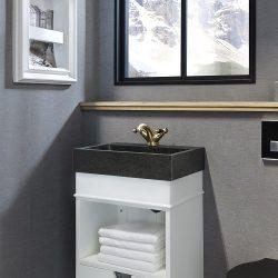hangend toiletmeubel in het wit met gouden kraan in de klassieke sfeer