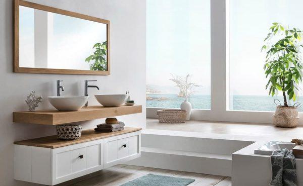 hangend badkamermeubel van eiken met twee waskommen en bijpassende spiegel