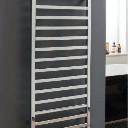 Moderne handdoek radiator in chroom hangend aan de muur