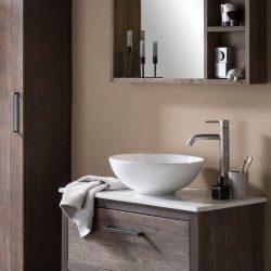 Mooi badkamermeubel van hout met een witte waskom