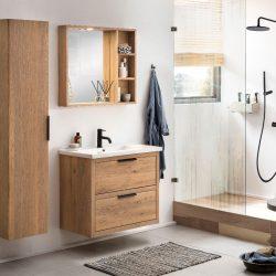 badkamermeubel op maat in massief eiken met een keramisch wastafelblad, een zwarte kraan en een eiken spiegel