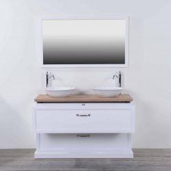 een wit badmeubel met een houten wasblad en landelijke kranen