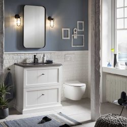wit badkamermeubel met zwarte kraan en zwarte spiegel