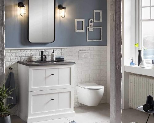 landelijk badmeubel met granieten wastafelmeubel, zwarte spiegel en een wandtoilet