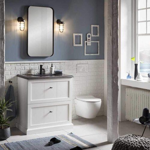 staand badmeubel in het wit met granieten wastafelblad, zwarte kraan en een zwarte spiegel