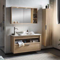 massief eiken badmeubel in de badkamer met een eiken kolomkast en spiegelkast