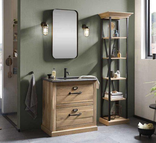badkamer met eiken badmeubel, zwarte spiegel en bijpassende kolomkast
