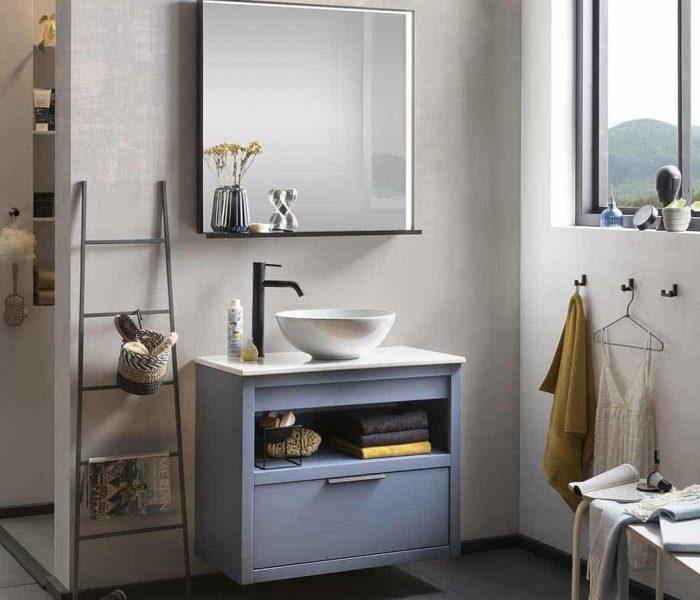 hangend badmeubel in het blauw met keramisch wastafelblad en waskom met zwarte kraan in de badkamer