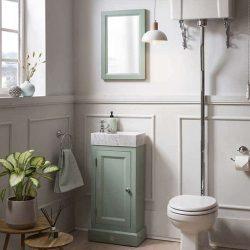 Fotnteinmeubel in het duck egg green met marmeren fontein en hooghangen toilet in de toiletruimte