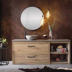 een badmeubel set van massief eiken met een betonnen wastafelblad en een zwarte spiegel