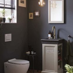 fonteinmeubel in taupe met granieten fontein en bijpassende spiegel