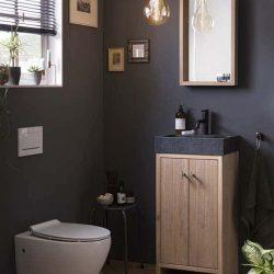 Toiletmeubel van massief hout met toilet
