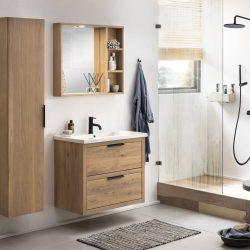 mooie zwarte kraan boven het eiken badkamermeubel en een zwarte douchekraan