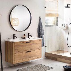 eiken badkamermeubel in de badkamer met zwarte kranen, een zwarte doucheset en een mooie ronde zwarte spiegel