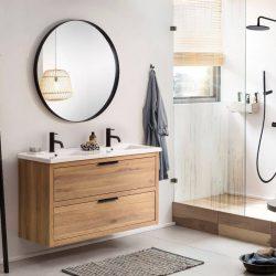 industriële stijl met een eiken badkamermeubel, twee zwarte kranen en een zwarte spiegel