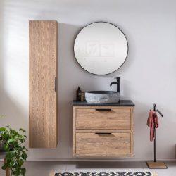 mooie zwarte kraan boven een eiken badkamermeubel met granieten waskom en zwarte spiegel