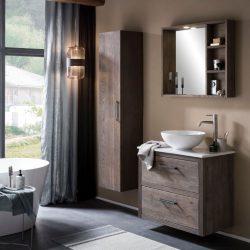 massief houten badmeubel met een keramische waskom, een houten spiegelkast en een kolomkast