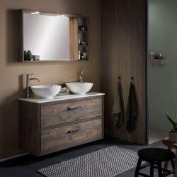 eiken badkamermeubel in de badkamer met kranen en waskommen