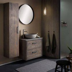 verhoogde rvs kraan in een robuuste badkamer met zwarte spiegel