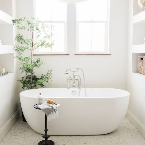 mooi losstaand bad met mooie badkraan in landelijke badkamer