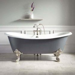 bad op pootjes in klassieke badkamer met mooie badkraan