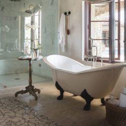 bad op pootjes in de badkamer