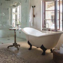mooi bad op pootjes in de badkamer met leeuwenpootjes