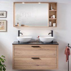 Mooi badmeubel in de badkamer van echt massief eiken