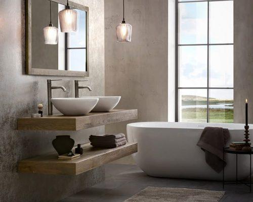 Mooi wastafelmeubel van hout met twee waskommen en bijpassende spiegel