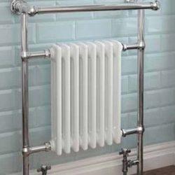 klassieke handdoek radiator in de badkamer