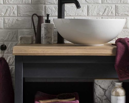badkamermeubel met een mat zwarte kraan en een witte waskom