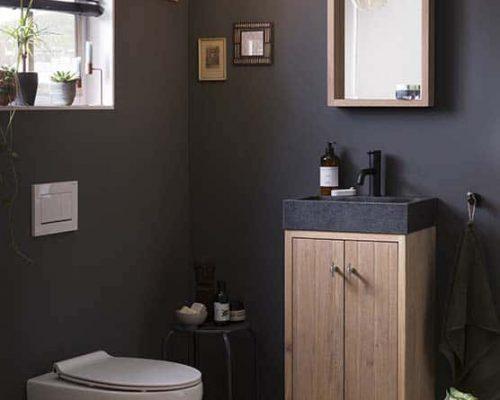 houten fonteinmeubel met veel opbergruimte en een strakke zwarte waskom