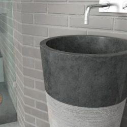 natuurstenen waskom grijs op een zuil in de badkamer