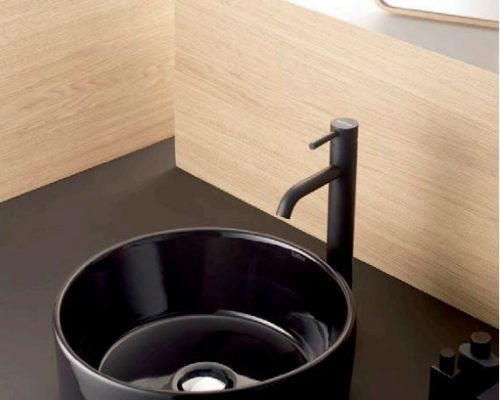 mooie zwarte waskom met zwarte kraan
