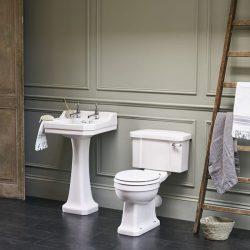 klassieke wastafel met een klassiek toilet
