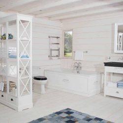 klassieke badkamer met mooi badkamermeubel, vrijstaand bad en klassiek toilet