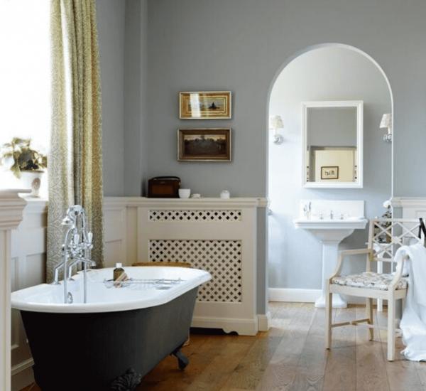 Vrijstaand bad op pootjes met een klassieke badkraan