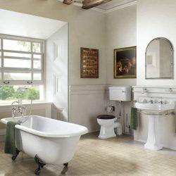 bad op pootjes in een klassieke badkamer