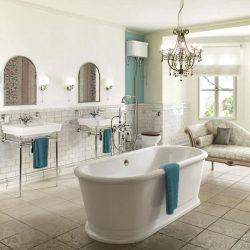 klassieke badkamer met twee keramiek wastafels op staanders.