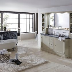 Engelse badkamer helemaal in de klassiek engelse stijl met een bad op pootjes en engels badkamermeubel