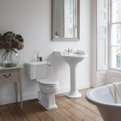 klassieke wastafel in de badkamer