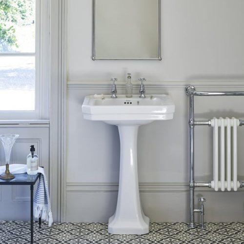 klassieke handdoek radiator in een klassieke badkamer